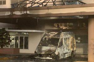 Las llamas consumieron la ambulancia.