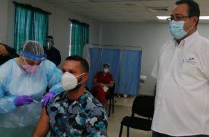 Los primeros vacunados en Herrera fueron dos médicos, una enfermera y un camillero, quienes laboran en la sala de Cuidados Intensivos del hospital Gustavo Nelson Collado.