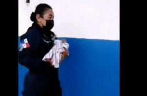 Una unidad de la Policía Nacional arropó al bebé y lo trasladó al cuarto de urgencias de la Policlínica Don Laurencio Jaén Ocaña.