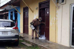 Inspectores de Salud realizaron la inspección de la residencia de la afectada. Foto: Thays Domínguez