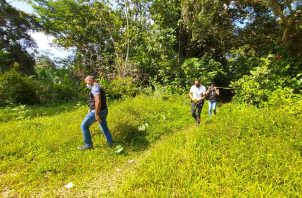 La Policía Nacional, con su equipo de investigadores, llegó al lugar donde se cometió el crimen. Foto: Diómedes Sánchez