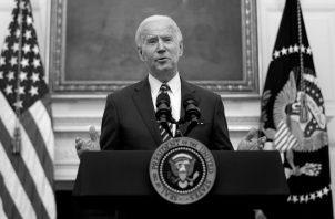 El presidente Joe Bden pronuncia un discurso sobre las medidas que emprenderá su gobierno ante la crisis económica de Estados Unidos. Foto: EFE.