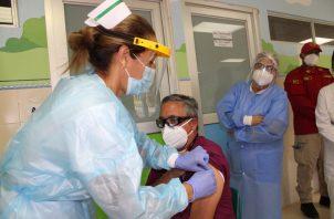 El Dr. Alex Pineda fue el primero en aplicarse la vacuna en Panamá Oeste. Eric A. Montenegro