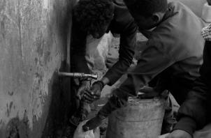 Muchas enfermedades se transmiten a través de fuentes de alimentos y agua contaminada, ya que el agua limpia y las condiciones sanitarias suelen ser un lujo en los países en desarrollo. Foto: EFE