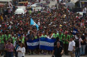 Migrantes hondureños emprenden su salida hacia la ciudad de Tapachula , trayecto obligado rumbo a su objetivo, Estados Unidos.  Foto/EFE