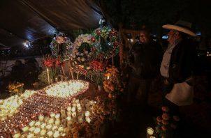 Habitantes del poblado de Tzintzuntzan velan a sus familiares difuntos hoy, jueves 1 de noviembre de, durante la celebración de Día de Muertos en el estado de Michoacán (México). Foto: EFE