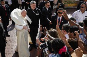 A su llegada a la Catedral Santa María La Antigua, el papa vuelve a romper el protocolo y se acerca a la multitud.