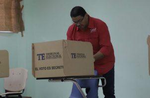 El abanderado del FAD, Saúl Méndez, votó en la escuela República de Bolivia, en Colón.