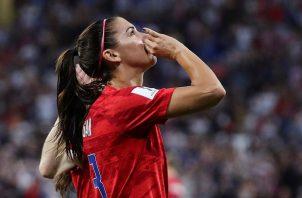 Alex Morgan simula que toma un té durante la celebración de un gol.