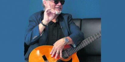 Omar Alfanno está dispuesto a aportar toda su experiencia a los nuevos géneros musicales. /Foto Víctor Arosemena