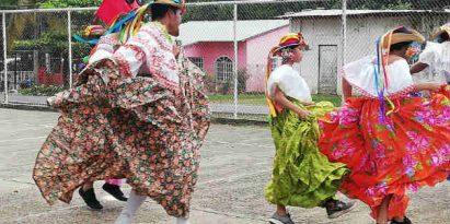 Folclor chorrerano: Hombre empollerados, congo, un toro y la Preñá. Foto/Miriam Lasso