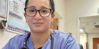 Elsa Espinosa Perce trabaja en salas de urgencias en Texas.