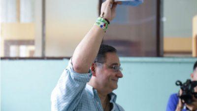 El candidato por libre postulación, Marco Ameglio, votó en el Instituto Técnico Don Bosco.
