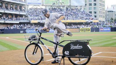 Los Padres de San Diego le regalaron una bicicleta a Mariano Rivera.