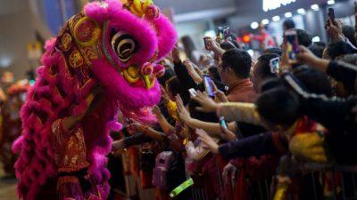 Chinos y extranjeros dieron hoy la bienvenida al Año Nuevo lunar. Foto/EFE