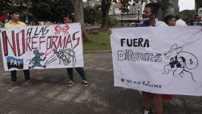Los cartelones no faltaron en la protesta en la Asamblea Nacional. Foto Víctor Arosemena