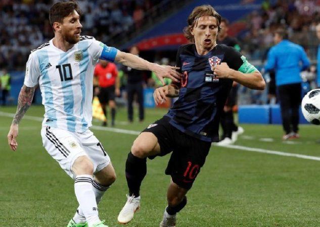 Lionl Messi ante Luka Modric durante un partido del mundial Rusia 2018 que ganaron los europeos. Foto EFE