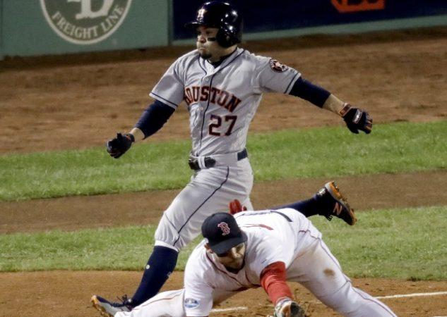 Alex Bregman, de los Astros de Houston, corre hacia la primera base que cubre Steve Pearce de Boston.  AP