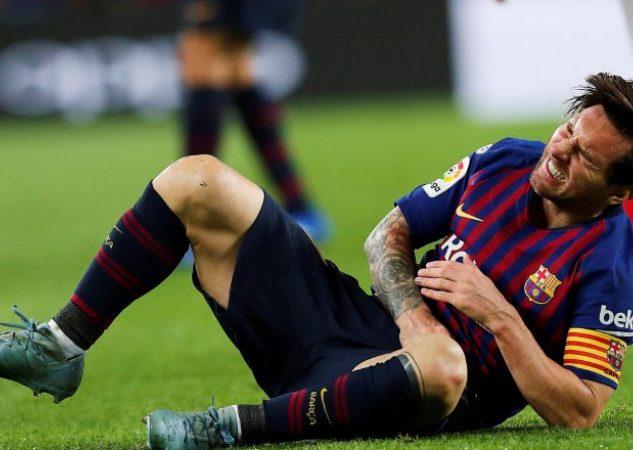 Messi se queja del dolor que le provocó la lesión en su brazo derecho.
