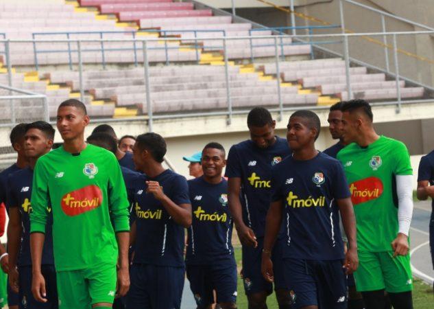 Los jugadores de la selección sub20 previo al inicio del entrenamiento de ayer en el Rommel Fernández. Anayansi Ganez
