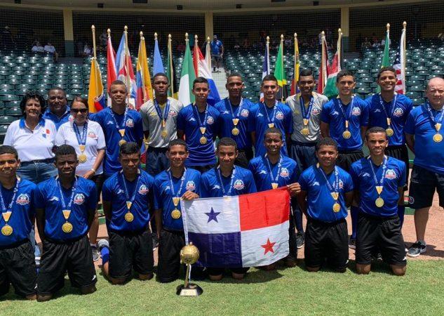 El Instituto Comercial Panamá posa con la Copa Disney.
