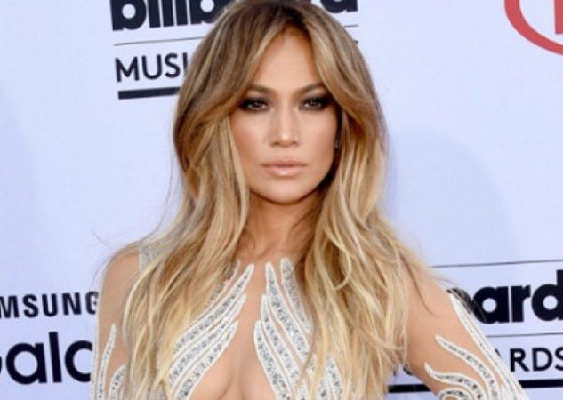 La cantante de 49 años, Jennifer López, estaba cantando este sábado en Las Vegas cuando sufrió un resbalón en el escenario.