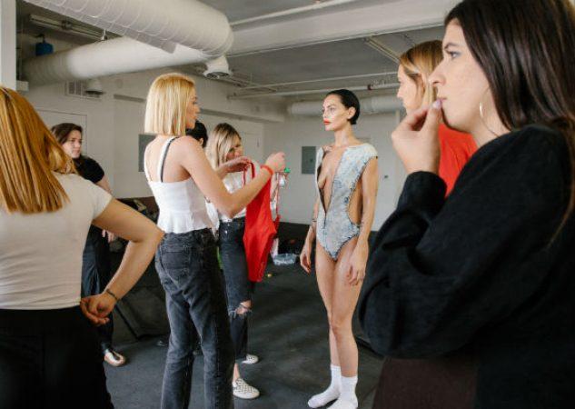 Erica Loewy, directora creativa (centro izq.) con Teela LaRoux, la Playmate de julio 2019, en una sesión de fotos. (Stephanie Noritz para The New York Times).