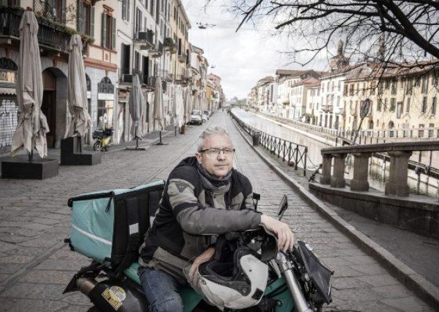 Trabajadores como Giovanni Marra, que entrega comida en Italia, tienen miedo, pero siguen trabajando. Foto / Alessandro Grassani para The New York Times.