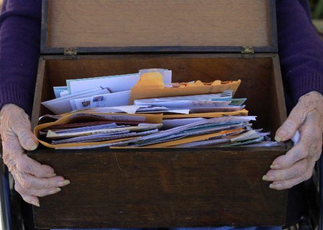 Cartas de amigos por correspondencia en un hogar para ancianos. Foto / Charles Krupa/Associated Press.