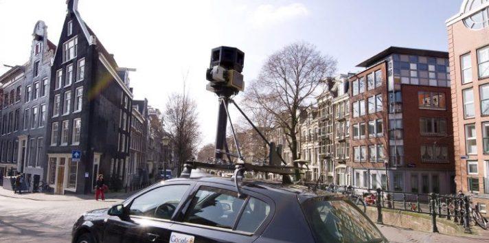 """Un coche traslada una cámara de """"""""Google Street View"""""""" por las calles de una ciudad.  EFE"""