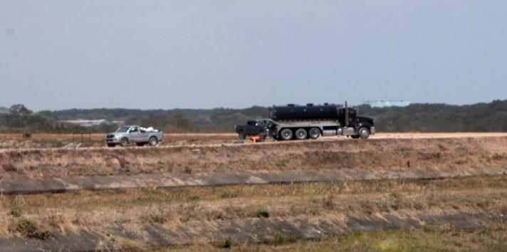 Momento en que uno de los camiones transporta material proveniente de la mina. Víctor Arosemena