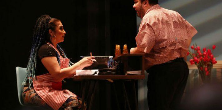 Hugo Víctor, con Ana Alejandra Carrizo, en una escena de 'Por los pelos'. Foto: Josué Arosemena.