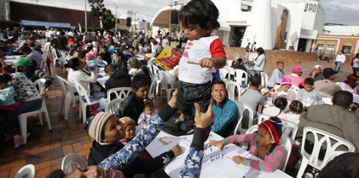 El campamento es gestionado por el gobierno municipal de Bogotá, que les entrega alimentos enlatados tres veces al día y le ha pedido a los grupos comunitarios que no lleven comida adicional al lugar. FOTO/AP