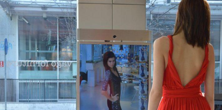 El espejo 'Magic Mirror' sabe a quién tiene delante, reconoce sus emociones y le propone la indumentaria que mejor le sienta. EFE