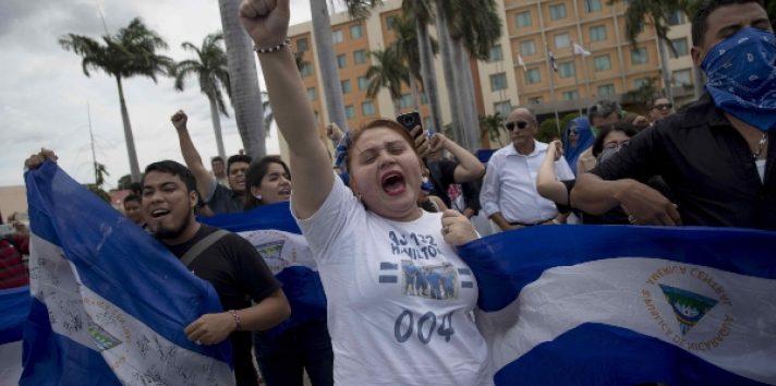 """Los manifestantes vistieron de azul y blanco, soltaron globos o confetis con los mismos colores, bailaron el """"son nica"""", y alzaron la bandera nacional de Nicaragua, para honrar a la patria, acciones por las que anteriormente algunas personas han sido condenadas a varios años de prisión. FOTO/EFE"""