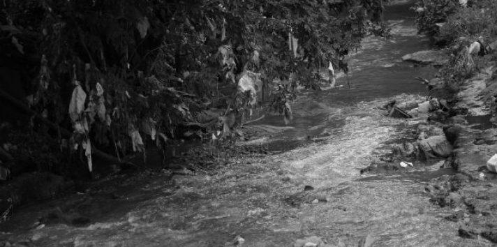 El inadecuado uso de los ríos y su contaminación llevaron  a la concienciación de todos los medios informativos para emprender una campaña educativa. Foto: Archivo.