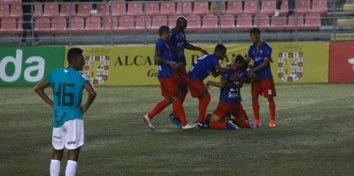 Jonathan Ceceña se arrodilla a festeja su gol. Foto: Anayansi Gamez