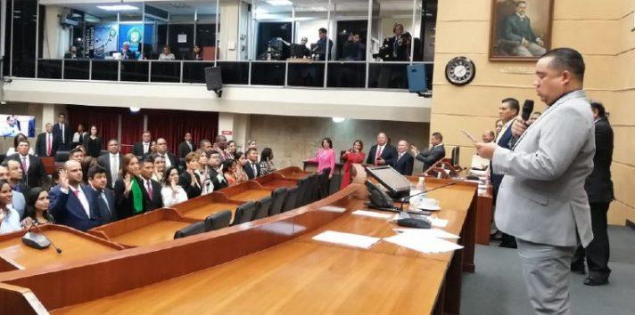 Otra de las propuestas de modificación al reglamento interno de la Asamblea, es el de la vestimenta con que van los diputados a sesionar al Pleno. Foto de archivo