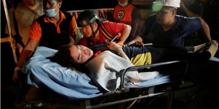 Socorristas trasladan a una víctima tras el terremoto en Pampanga (Filipinas). Foto: EFE.