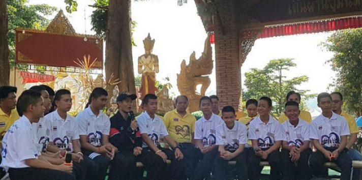 Los doce niños y su tutor rescatados de una cueva en el norte de Tailandia conversan con los medios. EFE