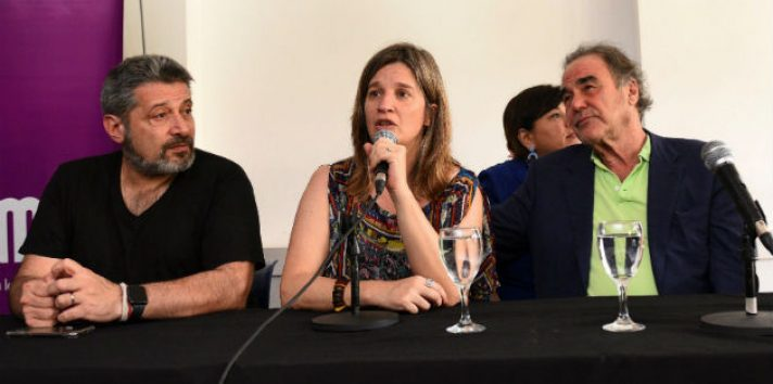 El director estadounidense Oliver Stone (derecha); la rectora de la UMET, Cecilia Cross; y el presidente del Grupo Octubre, Víctor Santa María, en el acto en Buenos Aires. Foto: EFE.