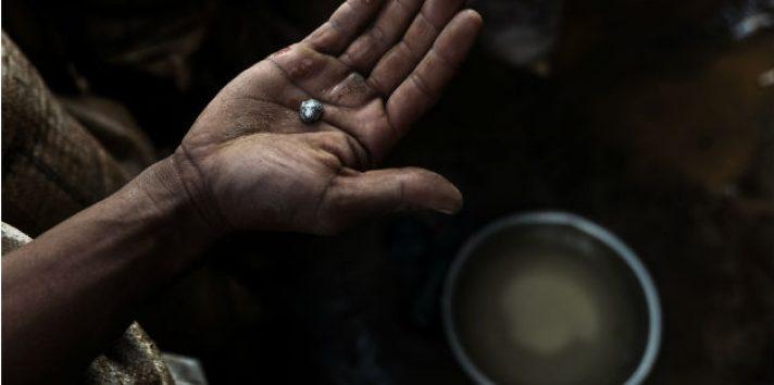 Los mineros ilegales usan mercurio para extraer oro de minerales, ignorando los peligros. Pepita de mercurio y oro. Foto / Adam Dean para The New York Times.