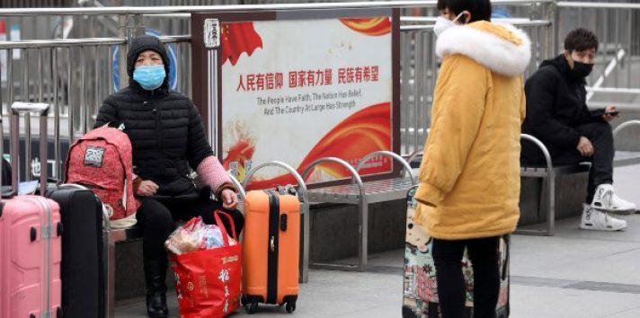 """El aeropuerto y la estación de tren quedarán """"temporalmente cerrados"""" para salir de la ciudad y, de hecho, se prohíbe que ningún ciudadano """"salga de Wuhan -capital de la provincia de Hubei, con 11 millones de habitantes- sin motivos especiales"""" hasta nuevo aviso. FOTO/AP"""