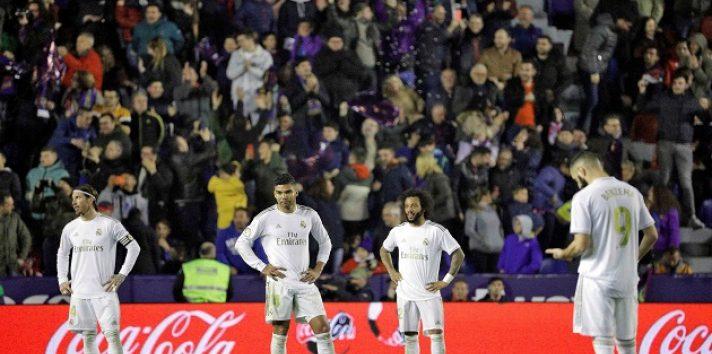 Jugadores de Real Madrid lamentan la derrota de su equipo ante Levante. Foto:EFE