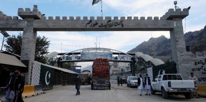 Familias tienen que decidir en qué lado de la frontera Pakistán-Afganistán vivir. El puesto fronterizo en Torkham. Foto / Alasdair Pal/Reuters.