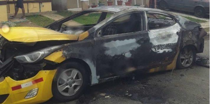 Así quedó el automóvil incendiado por la expareja de la mujer. Foto: Eric A. Montenegro.