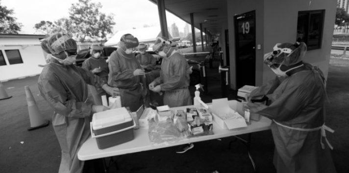 Es aterrador pensar en una situación en que las pruebas de detección del virus no fueran, en un principio, universalizadas sin costo. Foto: Archivo.