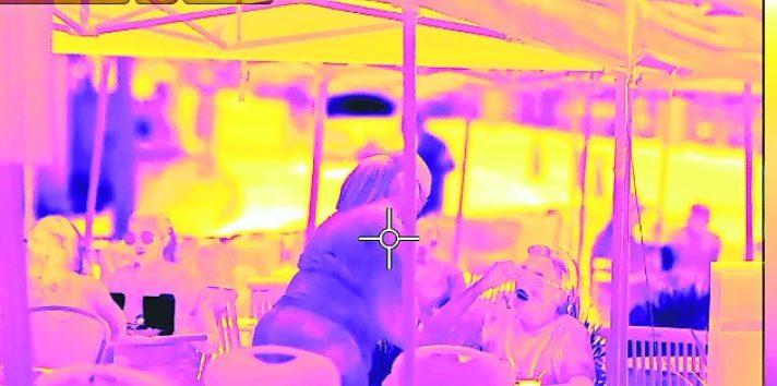 Una mujer en un restaurante al aire libre en Maplewood, Nueva Jersey, recibe una bebida caliente. Foto / Jonah M. Kessel/The New York Times.