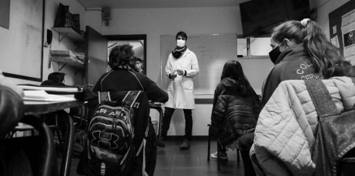 El verdadero papel de la Escuela y la Universidad es Educar a la Sociedad para superar con éxito esta situación, cuyo saldo son ya mil muertos. Foto: EFE.