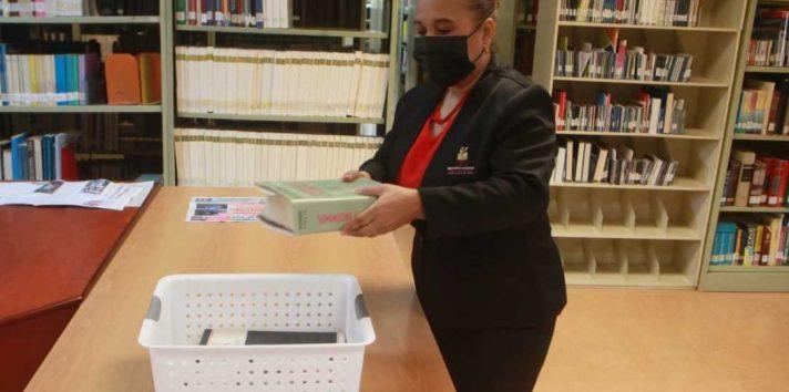 Los libros que se prestan no se entregan directamente en las manos del usuario. Foto: Víctor Arosemena